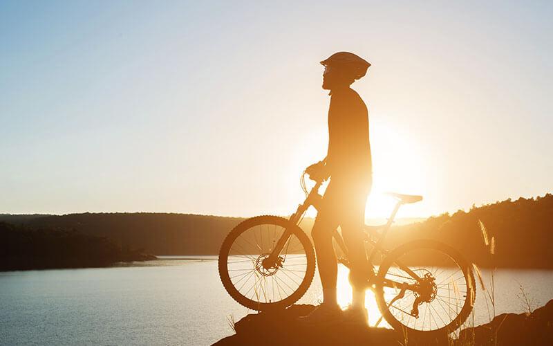 cyklista pri vode